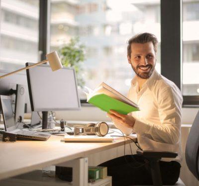 Übersetzer arbeitet im Büro